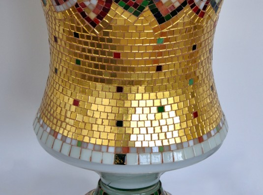 Decorative object with gold mosaic